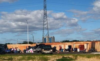 Abrupta crecida del río: damnificados huyen y van a instalarse a la Costanera