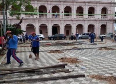 Mario pidió a la Policía acompañar mudanza de damnificados a las plazas, aseguran