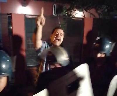 Iracundo intendente agrede a manifestantes