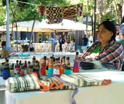 Mujeres indígenas exponen productos y reclaman falta de asistencia