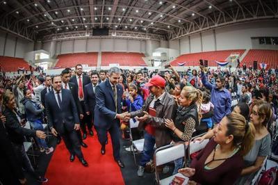 Jefe de Estado entrega contratos de compra venta de inmuebles a familias de Central