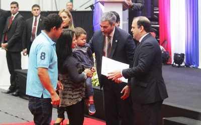 Gobierno dignifica a familias de Central mediante entrega de contratos de inmuebles