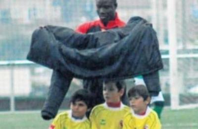 Viralizan imagen de entrenador protegiendo de la lluvia a sus pequeños jugadores