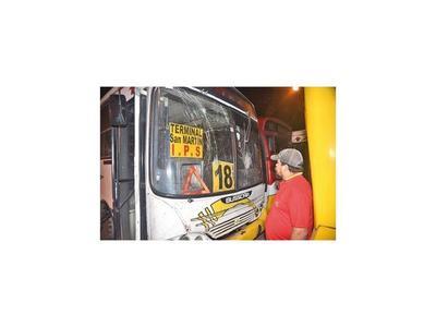 Vándalos dañan  65 ómnibus tras  control del Viceministerio