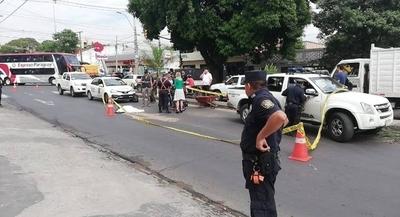 HOY / Camión subió a paseo central y atropelló a funcionaria de Aseo Urbano