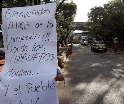 Cartel sobre corrupción como bienvenida en el Puente de la Amistad