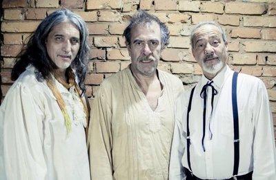 Tres escritores suben al escenario