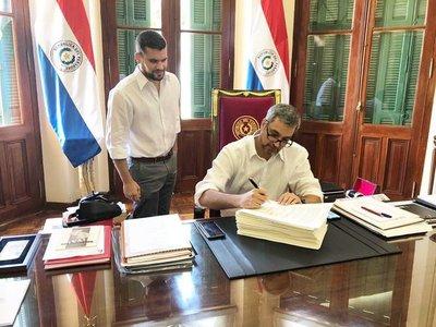 Presidente firmó acuerdo para nuevo ministro de la Corte