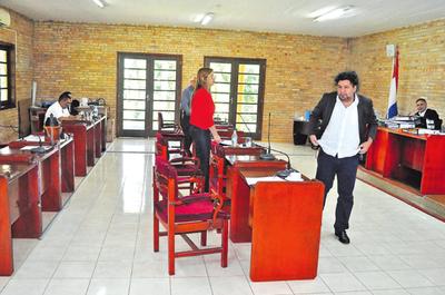 Concejal Zacarías deja sin quorum sesión y no se trata el caso París