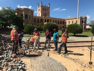 Avanzan obras de restauración del adoquinado frente al Palacio de Gobierno