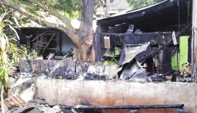 Incendio arrasa con tres casillas