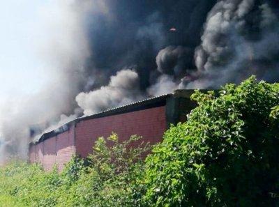 Incendio destruye planta recicladora