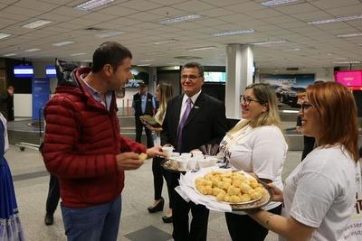 Reciben con chipa, cocido y música paraguaya a visitantes en aeropuerto
