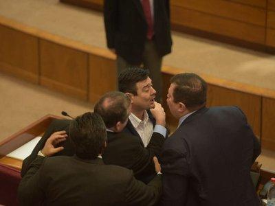 Levantan sesión en Senado tras enfrentamiento entre liberales