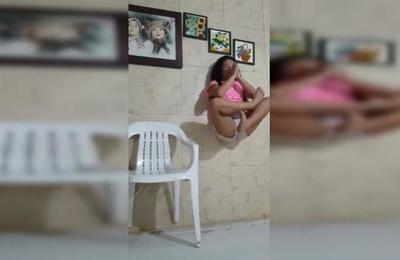 Niña quería sorprender con truco de 'levitación' pero su madre arruinó todo en un segundo