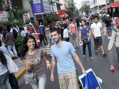 Shoppings y tiendas tendrán horario variado en días santos