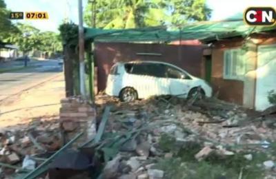 Camioneta arrasó con una casa