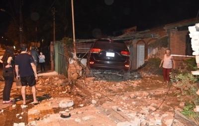 Conductor pierde el control de camioneta y embiste contra muralla de dos casas