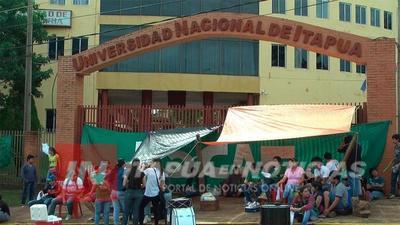 EGRESADOS DE PROFESORADO EN BILINGÜISMO ESPERAN TÍTULO DE UNI DESDE EL 2012.