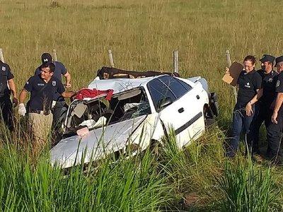 Vuelco de automóvil deja 4 fallecidos y 3 heridos