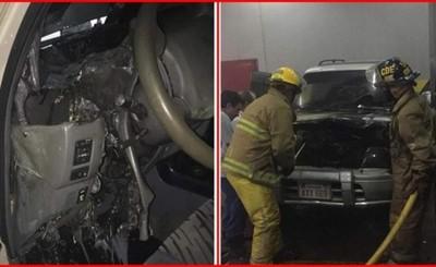 Susto por incendio de vehículo en estacionamiento