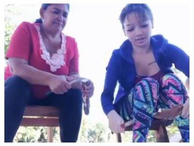 Marilina enseña cómo pelar las  mandiocas
