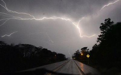 Emiten alerta por tormentas para 12 departamentos