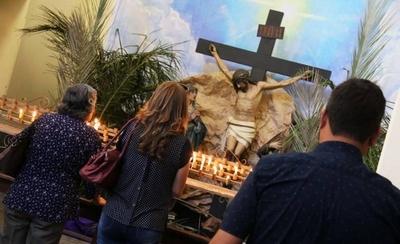 Miles de devotos meditan en el popular recorrido de las 7 iglesias asuncenas