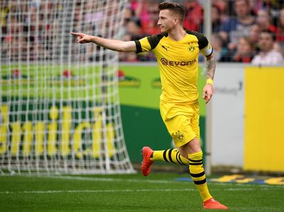Dortmund golea al Friburgo y acecha al puntero