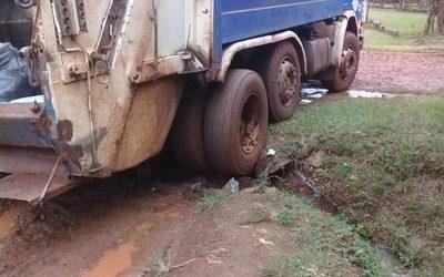 Camión recolector destruye alcantarillado y vecinos urgen reparación