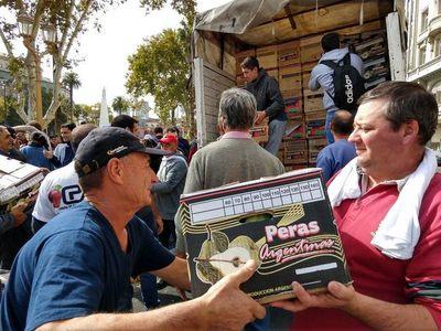 Agricultores argentinos regalan frutas en protesta por crisis del sector