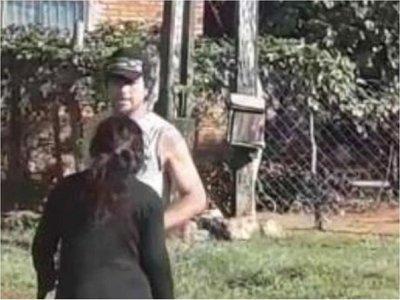 Ordenan captura de un hombre que fue grabado mientras agredía a su pareja