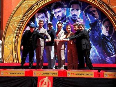 Actores de Avengers dejan sus huellas en el Paseo de la Fama