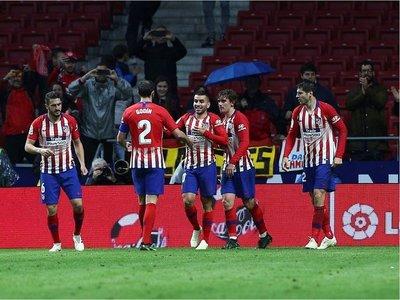 Atlético gana al Valencia y aplaza el título del Barcelona