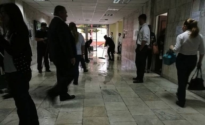 Corte prohíbe a funcionarios llevar a sus hijos al trabajo por seguridad