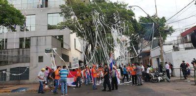 """Comisión """"escrache"""" arroja papel higiénico al Congreso"""