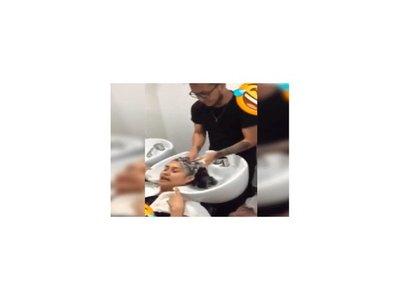 VIDEO: Cruel reacción de peluquero contra una cliente pesada