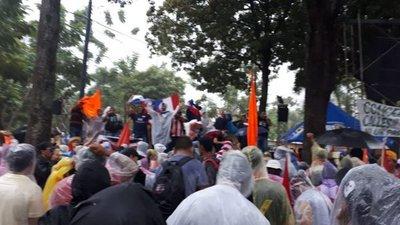 Manifestantes aguardan frente al Congreso