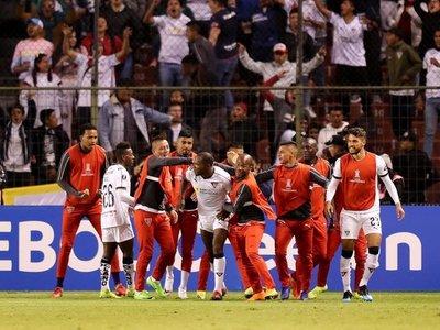 Liga gana a Flamengo y queda a un triunfo de la clasificación a octavos
