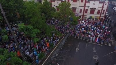 Desbloqueo: manifestantes abuchearon a Calé y pidieron no seguir la sesión