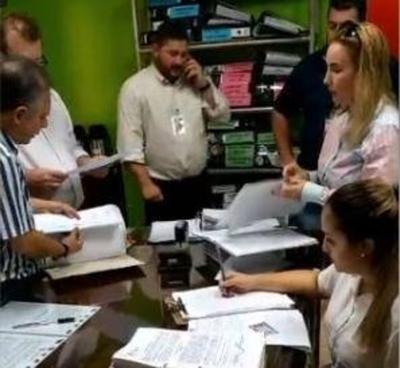 CDE: incautan documentos sobre adjudicaciones irregulares