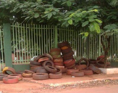 Cubiertas están acumuladas frente a institución educativa