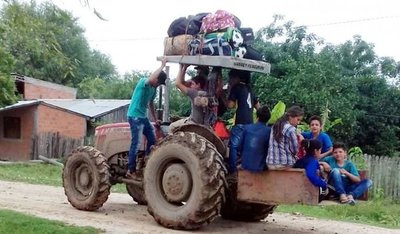 Peligrosa travesía en tractor para poder llegar a escuela