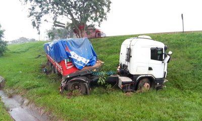 Camión pierde el control y termina en zanja