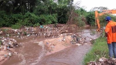 HOY / 15 toneladas de basura en 2 km  de arroyo: cubiertas, residuos domiciliares que tiran la gente