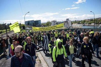 "Los ""chalecos amarillos"" salen a la calle a desafiar a Macron"