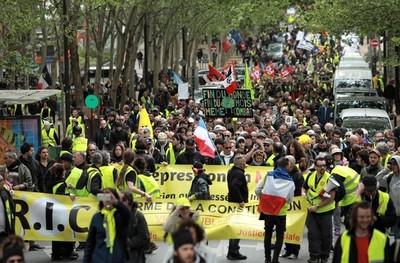 Los chalecos amarillos volvieron a marchar en desafío a Macron