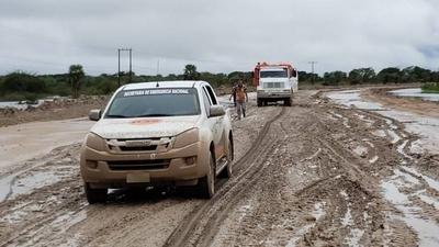 Funcionarios de la SEN trabajan en Alberdi para contrarrestar avance del agua