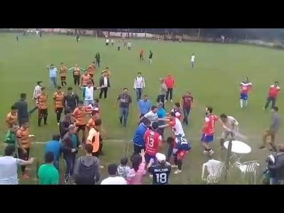 BATALLA CAMPAL DURANTE PARTIDO DE FÚTBOL