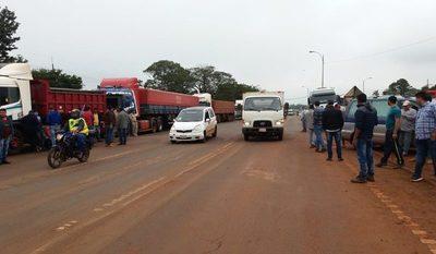 Camioneros bloquean ruta en el Km 30